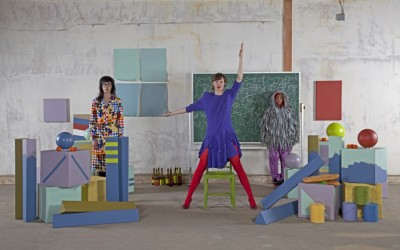 Emily MAst, B!RDBRA!N (Addendum), 2012, installation, vidéo couleur sonore, 7'08'', carton et bois peint, scotch, craie, ballons. Photo by Betsy Lin Seder
