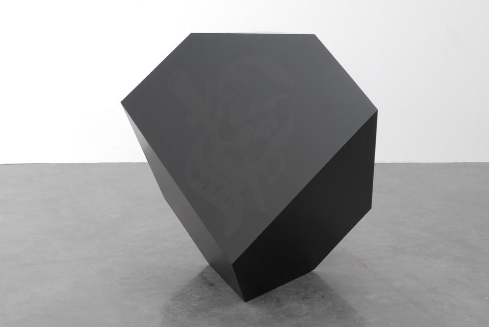 Philippe Decrauzat, « Melencolia », 2003, Résine Gelcoat, fibre, mousse Kapex 20mm,130 x 130 x 140 cm. Collection Frac LR.