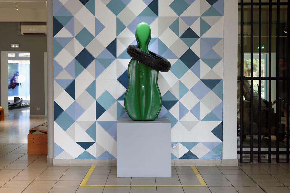 Etienne Bossut, Collier, 2007, moulage d'un pneu posé sur celui d'un étui de violoncelle, résine polyester, 135 x 65 x 65 cm. Collection Frac OM. Photo Christian Perez