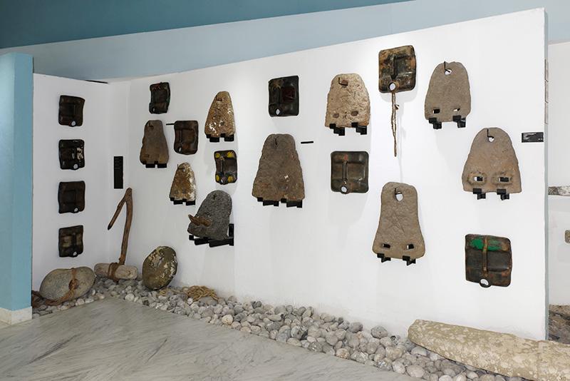 Jacques Bruel, Tahata dragons, 1989. Dessus de bidons en plastique noir évoquant des masques africains. Photo Christian Perez