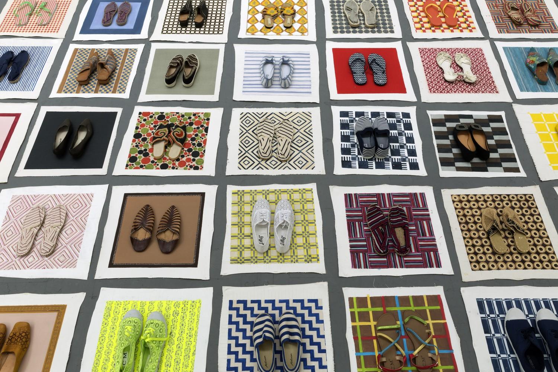 Lisa Milroy, Shoes, 2016, installation (détail), matériaux mixtes et dimensions variables. Photo Thomas Jenkins