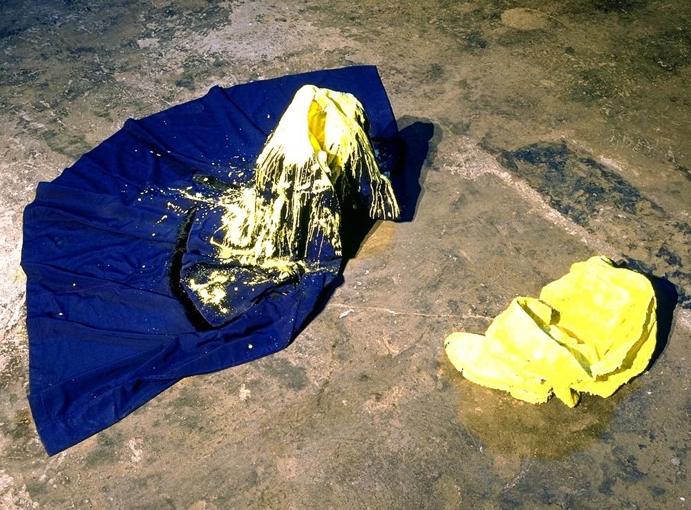 Jean-Michel Othoniel, Trois Etoiles, Passe au Fumoir, 1992, manteau, chaussures et pantalon soufrés, 56 x 180 x 200 cm - Collection Frac Occitanie Montpellier - Photo Jean-Luc Fournier. © Adagp, Paris 2021
