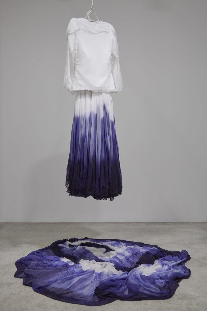 Lisa Milroy, Up and Down, 2013, installation et peinture interactive, 147 x 40 x 20 cm. Photo Thomas Jenkins